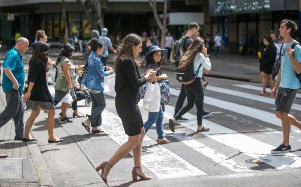 Ученые назвали смартфоны причиной дорожных аварий с пешеходами