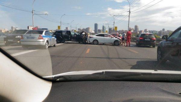 Массовое ДТП на Димитровском мосту парализовало движение в центр Новосибирска