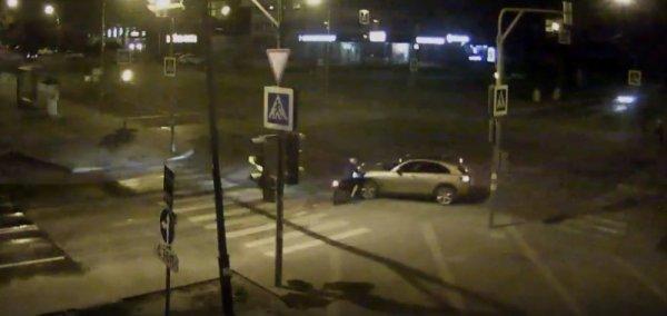 В Липецке уличная камера сняла момент столкновения иномарки с мотоциклом