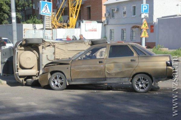 Утром в центре Саратова автомобиль «прилёг» на бок после ДТП
