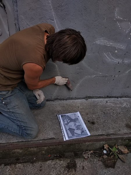 «Антиграффити»: В Петербурге Художник выцарапал портрет Цоя на закрашенной стене