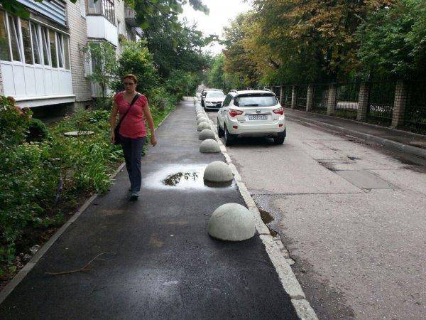 В Калининграде начали использовать новый способ борьбы с парковкой на тротуарах