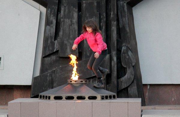 Пятигорские женщины использовали Вечный огонь как сушилку для одежды