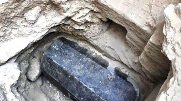 Ученые раскрыли тайну погребения загадочного черного саркофага