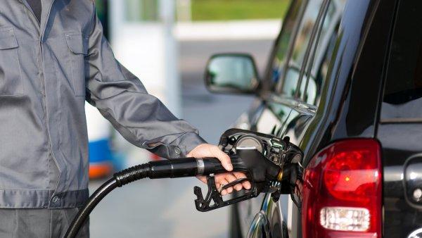 В Москве впервые с начала марта начал дешеветь бензин