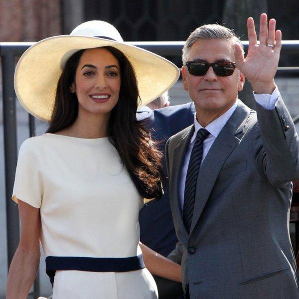 Жена Джорджа Клуни в мини-платье очаровала фанатов стройными ногами