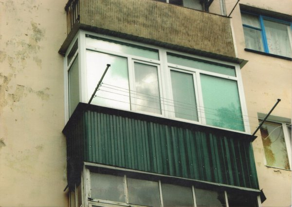Ростовчане наблюдали за мужчиной-рыбаком на балконе