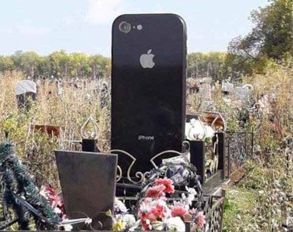 В Уфе на кладбище заметили надгробие в виде iPhone