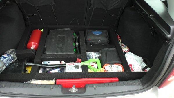 Ножовка и канистра масла: Инструкция «правильного» оснащения багажника LADA Kalina «взорвала» сеть