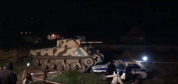 Танк расплющил полицейское авто под Новосибирском