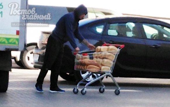 Ростовчанка возмущена отгрузкой хлеба в магазине города