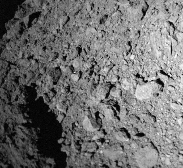 Астероид без пыли озадачил астрономов