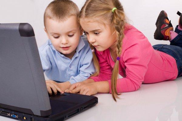 Интернет и соцсети являются причиной ожирения у детей – ученые