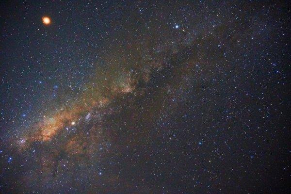 Астрономы заметили в Млечном пути две блуждающие в кромешной тьме экзопланеты